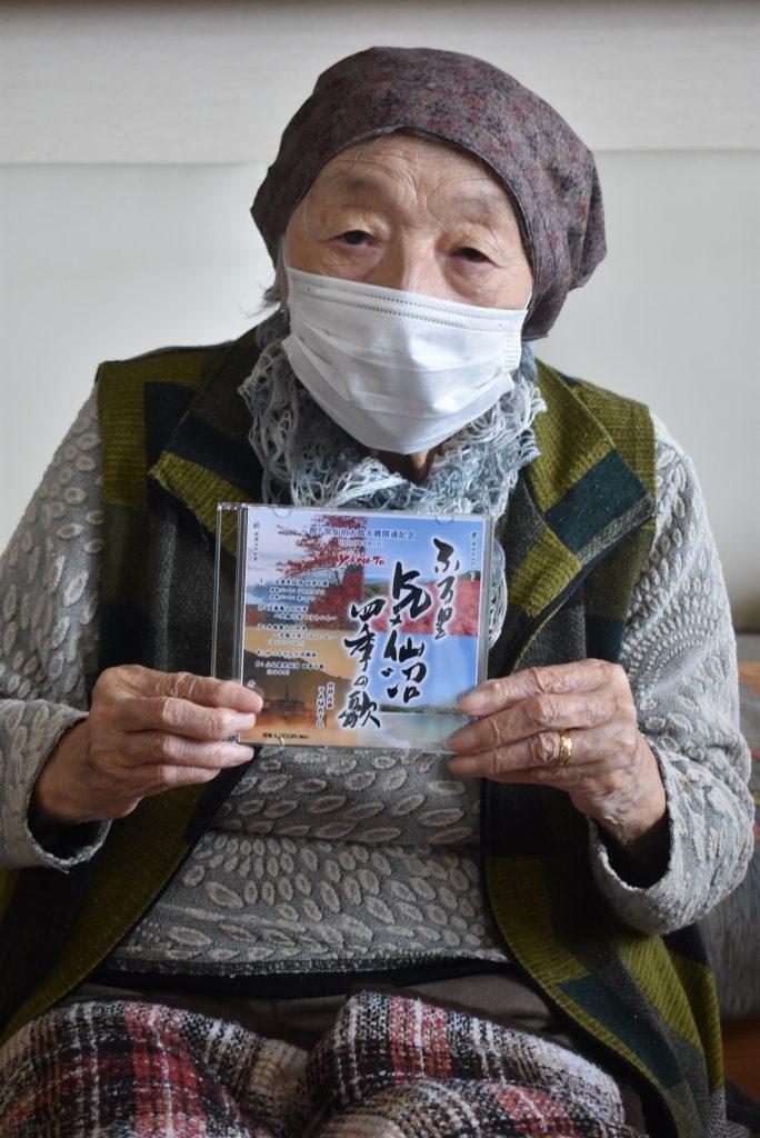 CDを手に喜ぶ佐藤さん