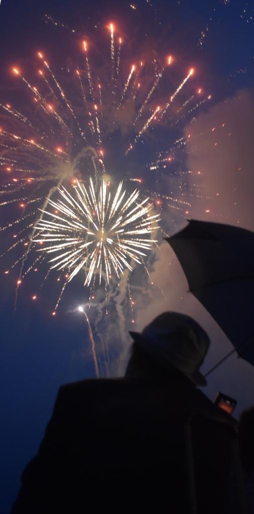大島で打ち上げられた鎮魂の花火