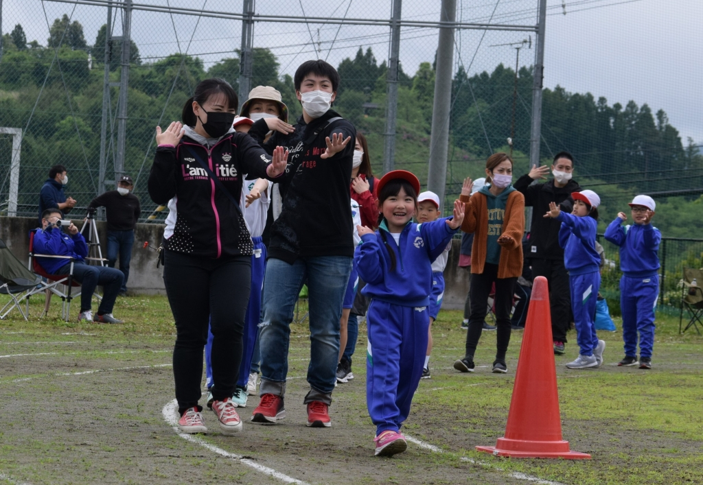 入谷小唄を踊る児童や地域住民