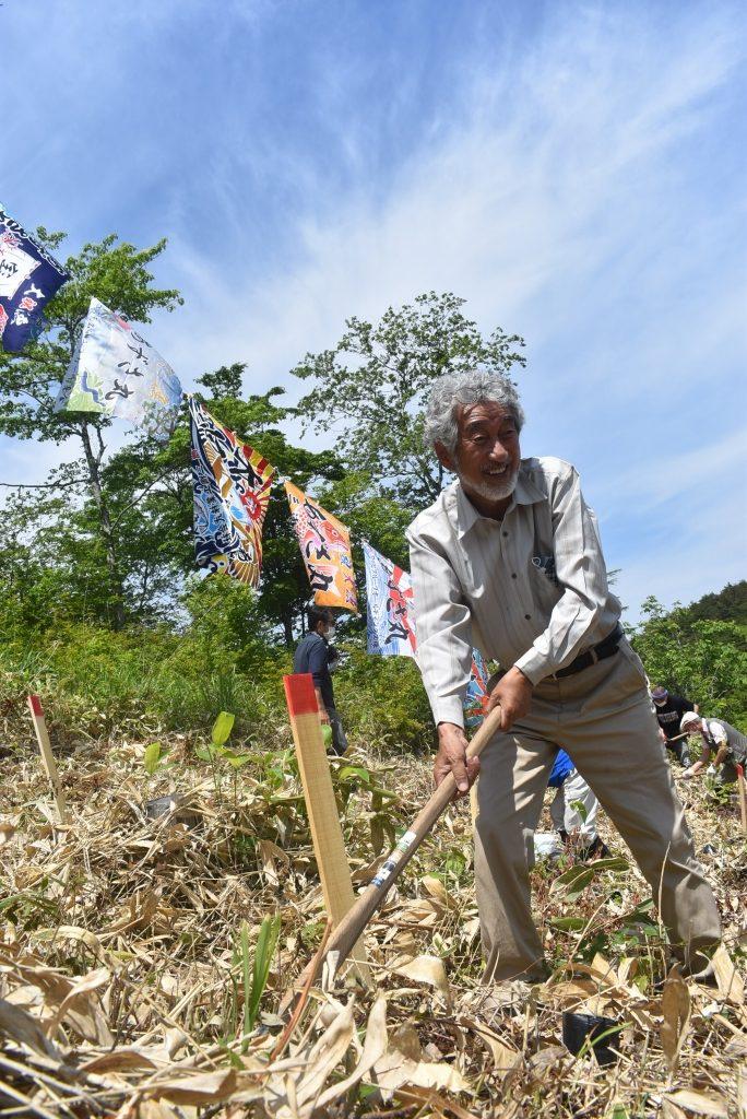 木を植える畠山理事長