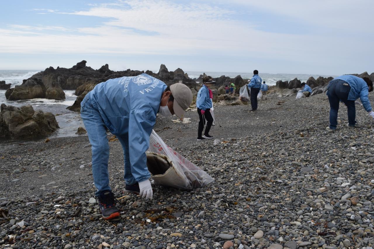 岩井崎で清掃活動を行う会員
