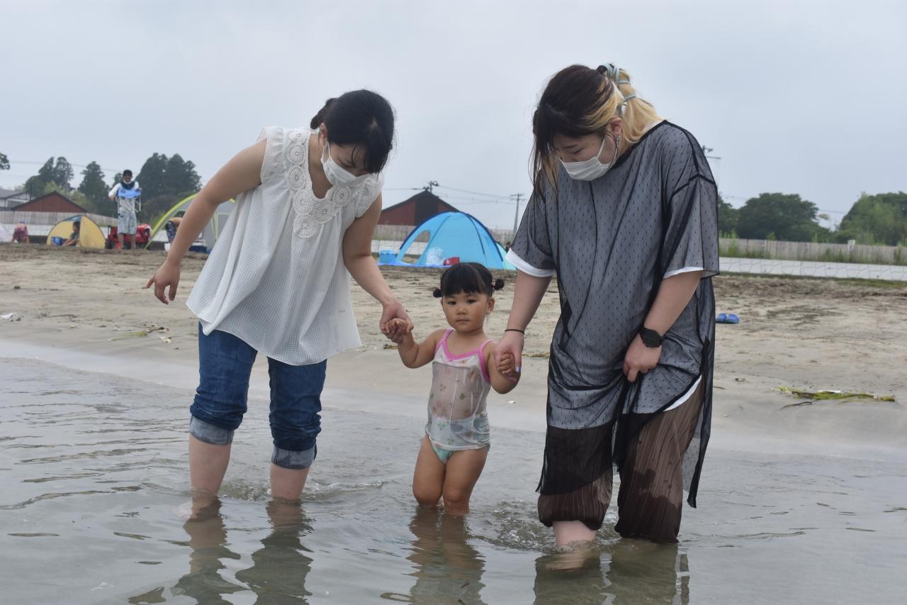 海水浴を楽しむ親子連れ