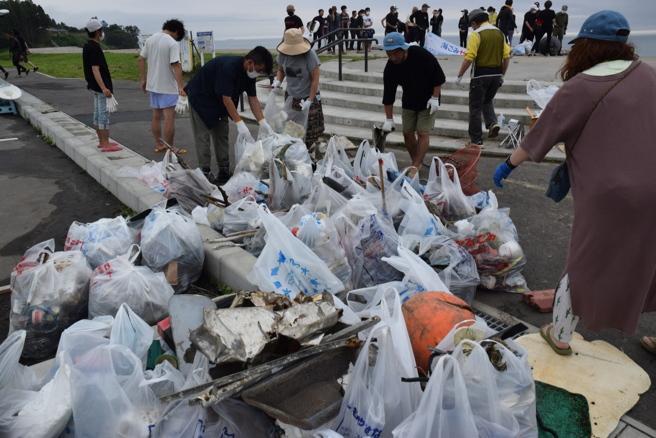 小泉海岸で集められた大量の漂着ごみ