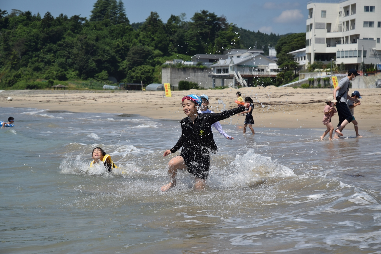 水しぶきを上げて楽しむ子供たち