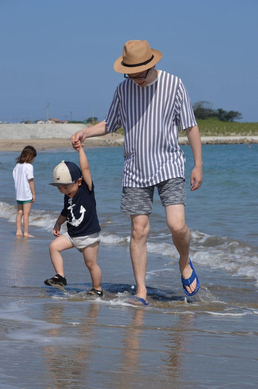 波打ち際で遊ぶ親子