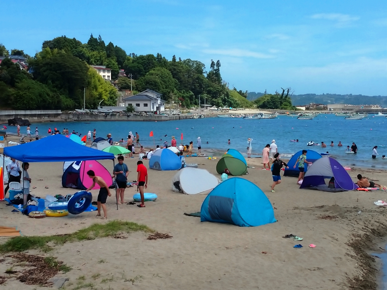 連日の暑さで海に人出(小田の浜海水浴場)