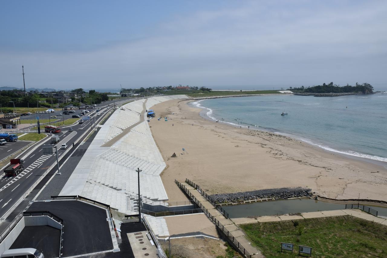 整備が完了した大谷海岸防潮堤と国道45号