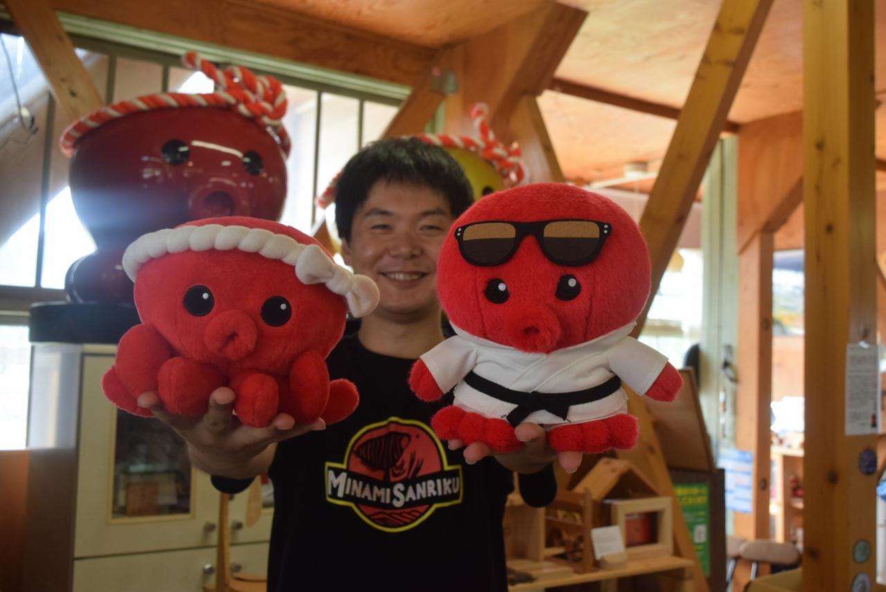 パラ五輪柔道の選手を支えるクムトパス君(右)