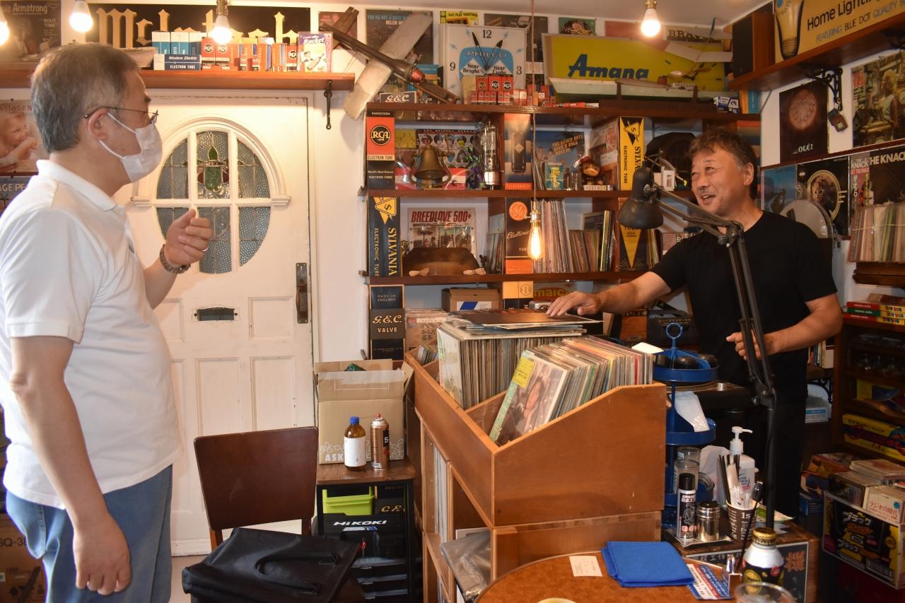 来店者と音楽談義で盛り上がる鈴木さん(右)
