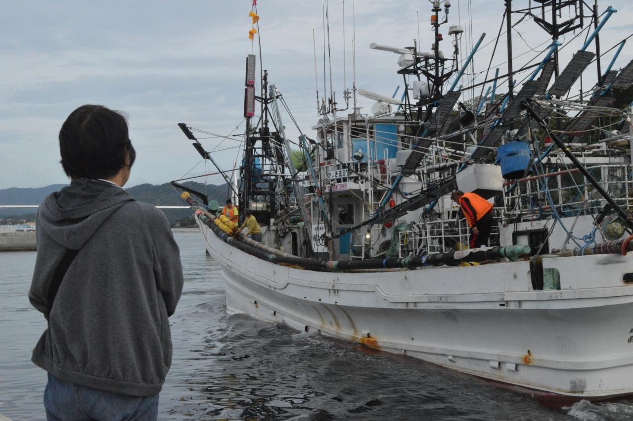 出港する小型サンマ船