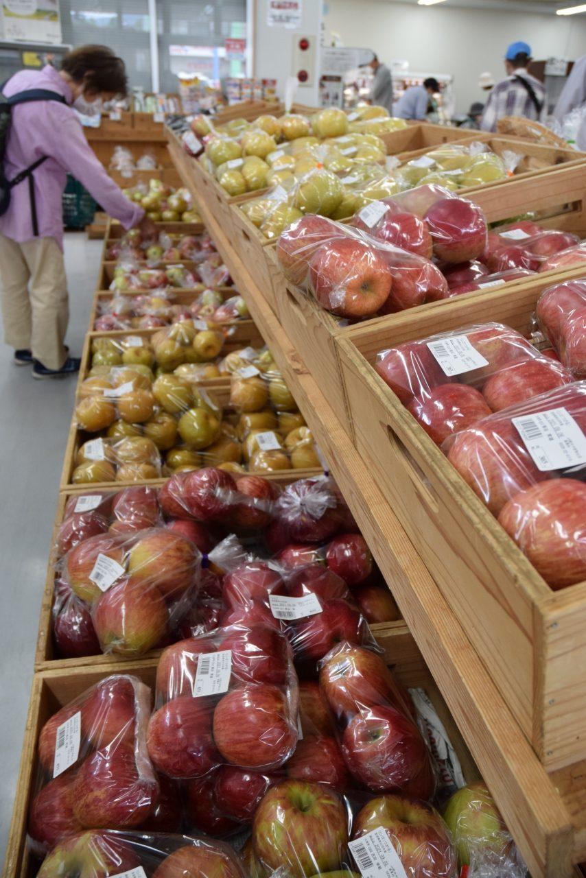 売り場の一角を占めるリンゴとナシ