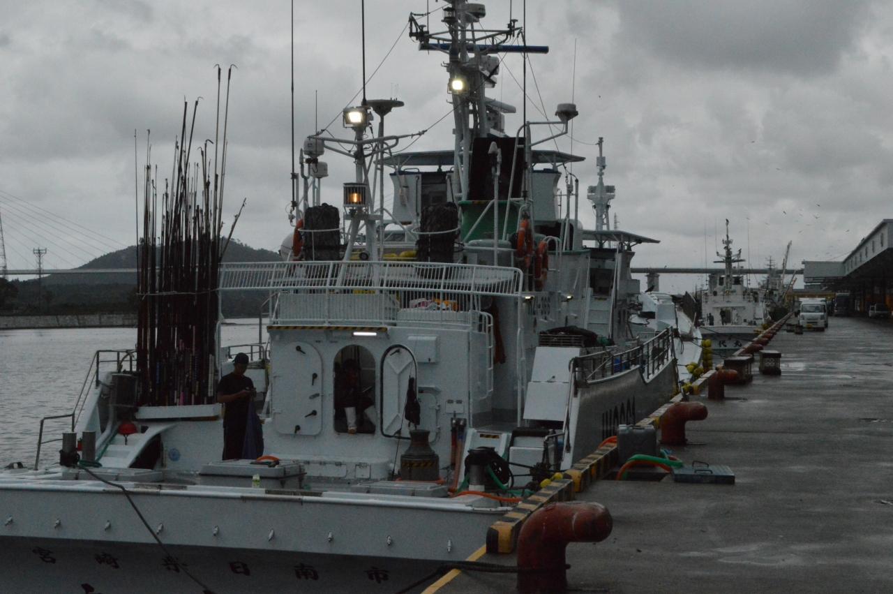 餌の供給を待つ一本釣り船