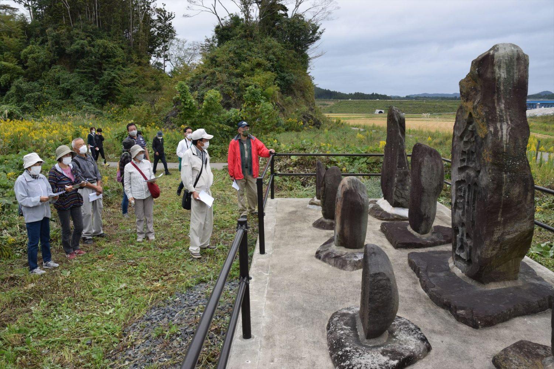 石碑などを巡り歴史に触れる参加者