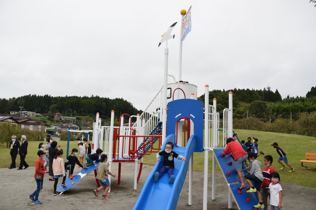 大型遊具で遊ぶ子供たち
