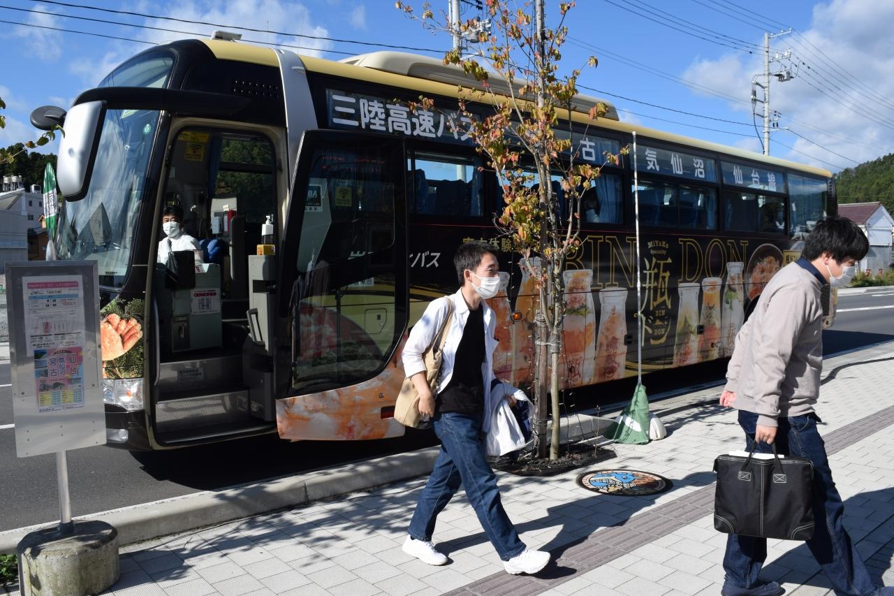 高速バスを利用して気仙沼に降り立った観光客