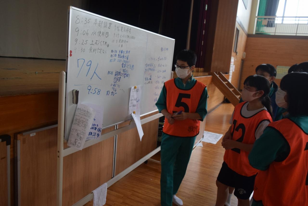 避難所運営活動に取り組む生徒
