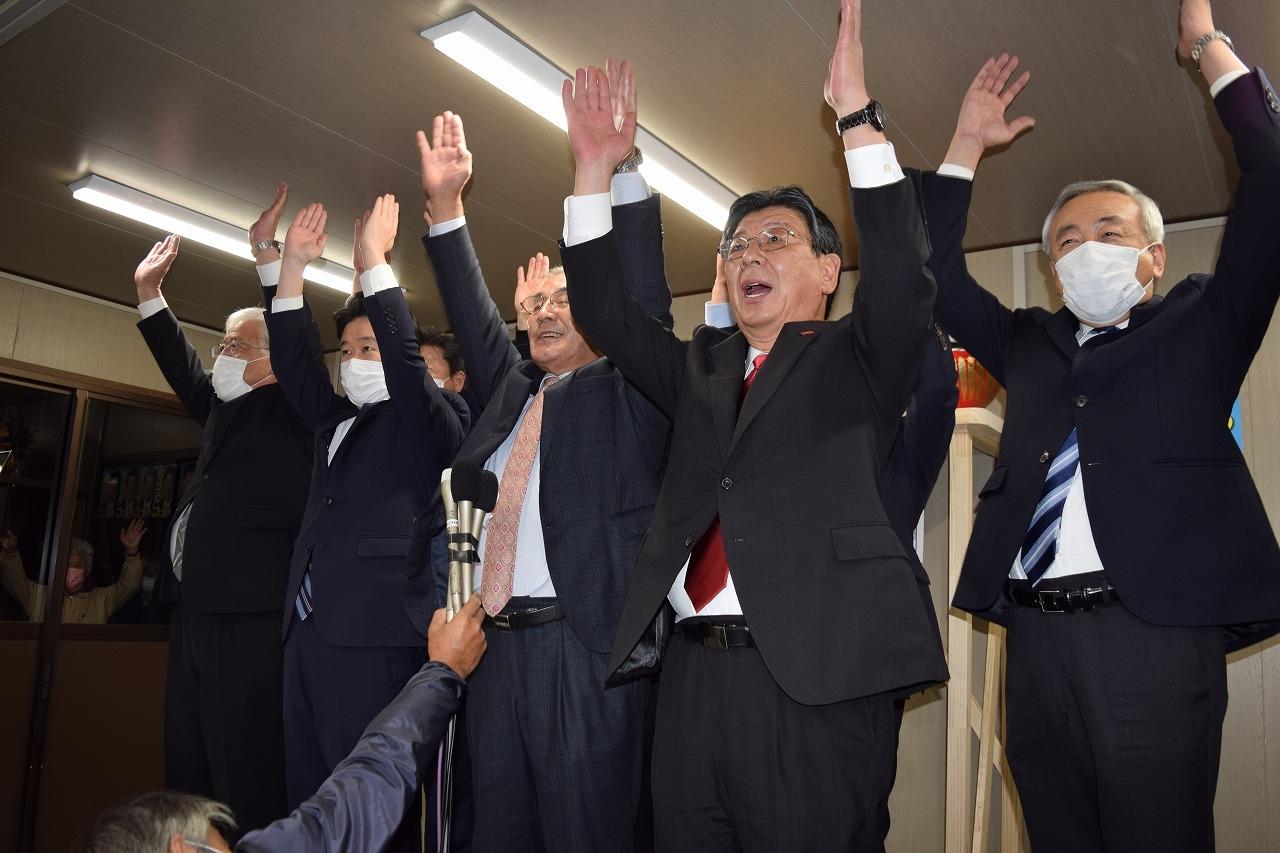 万歳をして5選を喜ぶ佐藤氏(右から2人目)