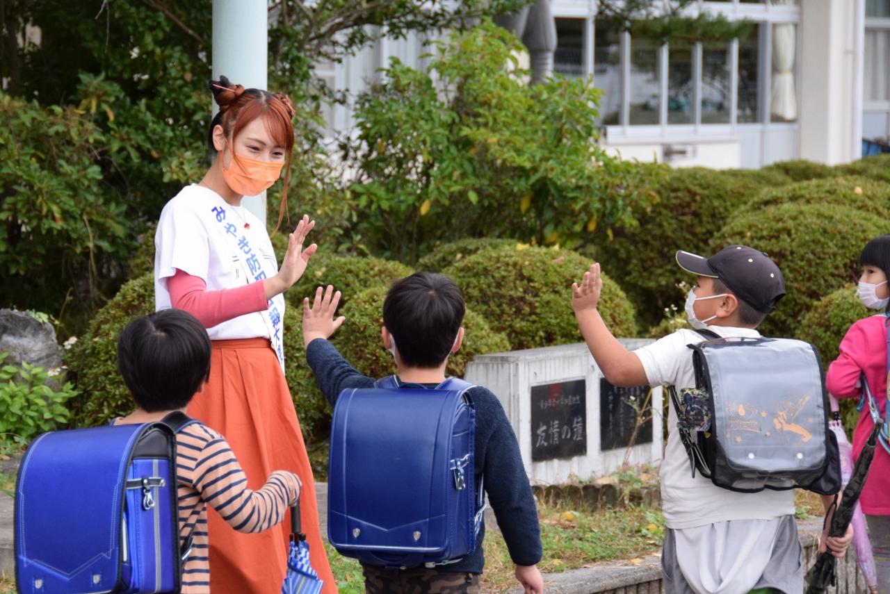 みやぎ防犯広報大使・萌江さんと一緒に下校する児童