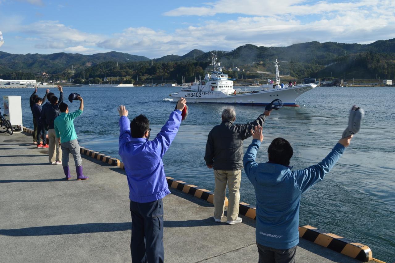地元へと帰る一本釣り船